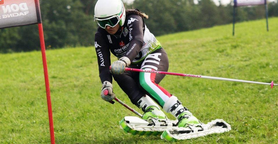 atleta di sci d'erba impegnato durante una gara