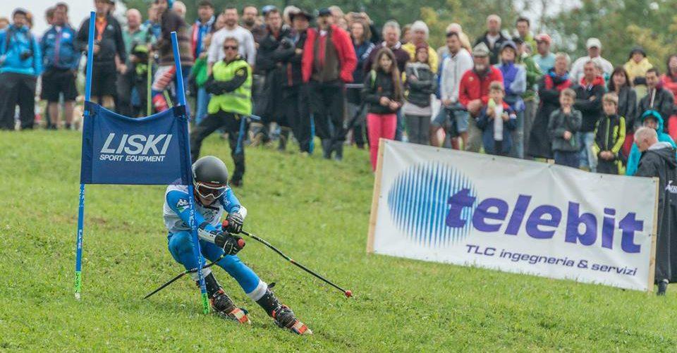 atleta impegnato in una gara di sci d'erba